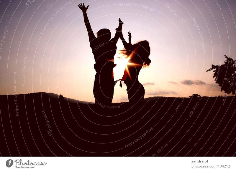 Spring hoch! Sonnenuntergang Abend Mann Frau dunkel Sonnenstrahlen Silhouette Dämmerung violett rosa springen Wolken Himmelskörper & Weltall Erde Sand
