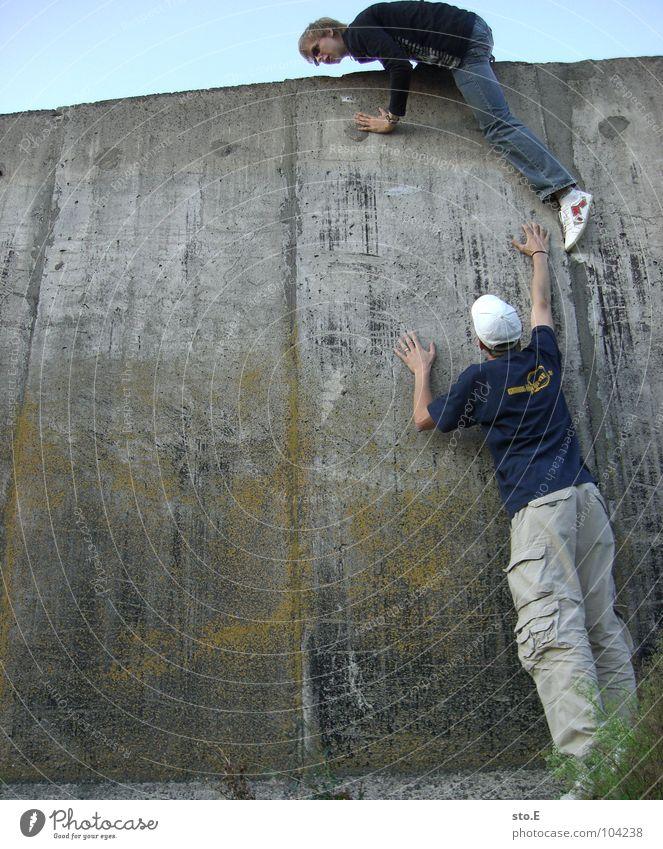 [b/w] gegenwehr Mensch Mann Natur Jugendliche Himmel Pflanze ruhig schwarz gelb Wand grau Mauer Fuß Beine Feste & Feiern
