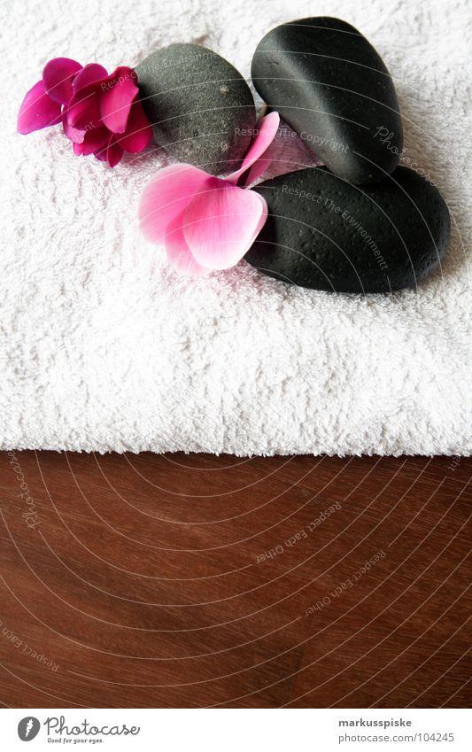 wellness Wellness Erholung Blüte Handtuch Stein Massage Holz Tisch Akazie Fernost schön Spa Vulkan