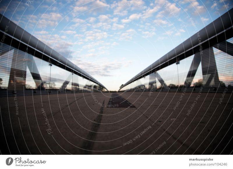2 linien horizont Überqueren Wasserrinne Stahl Beton Himmel Sonnenuntergang Wolken Brücke Wege & Pfade Abfluss Regen Geländer Glas Baugerüst sky tief Raum