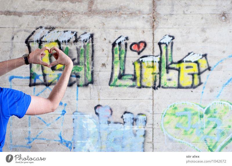 verliebter junger Mann formt ein Herz mit seinen Händen Mensch maskulin Junger Mann Jugendliche Erwachsene Leben Hand Finger 1 30-45 Jahre Mauer Wand Betonwand