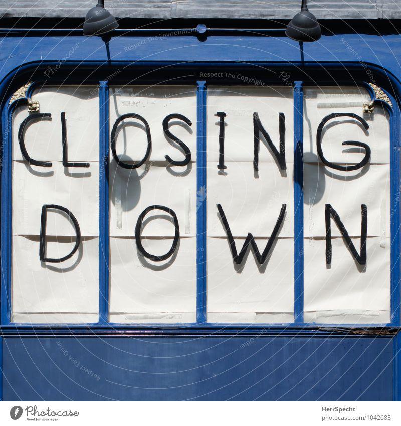 (Schau) Fenster kaufen Arbeit & Erwerbstätigkeit Arbeitsplatz Handel London East End Haus Fassade Schriftzeichen verkaufen alt Stadt blau Zukunftsangst Business