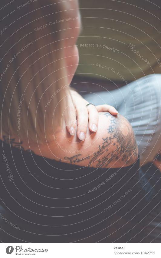 Jeder Traum geht mal zu Ende Lifestyle Stil Tattoo Mensch feminin Junge Frau Jugendliche Erwachsene Leben Hand Finger Schulter 1 18-30 Jahre Ring blond Erholung