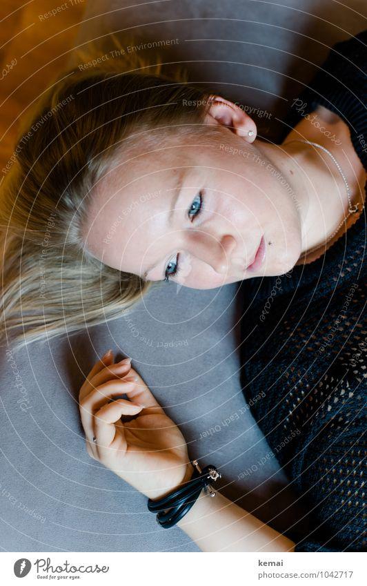 Tagträumen Lifestyle Stil Mensch Junge Frau Jugendliche Erwachsene Leben Kopf Hand 1 18-30 Jahre Schmuck Armband Piercing blond langhaarig liegen Blick schön