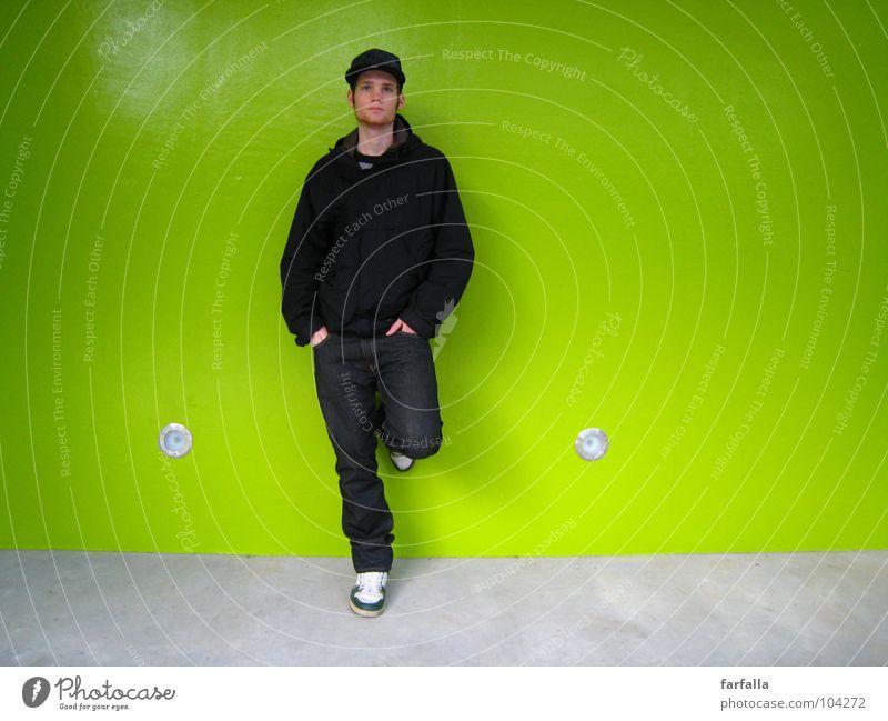 Der Kerl Mann grün Wand warten stehen Station Typ Mensch anlehnen knallig