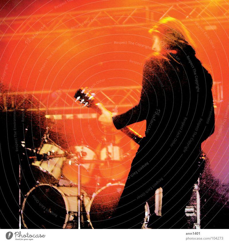 stay heavy! Mann rot schwarz Musik Rücken Show Konzert Rockmusik Gitarre Bühne Klang Scheinwerfer Musiker Schlagzeug hören