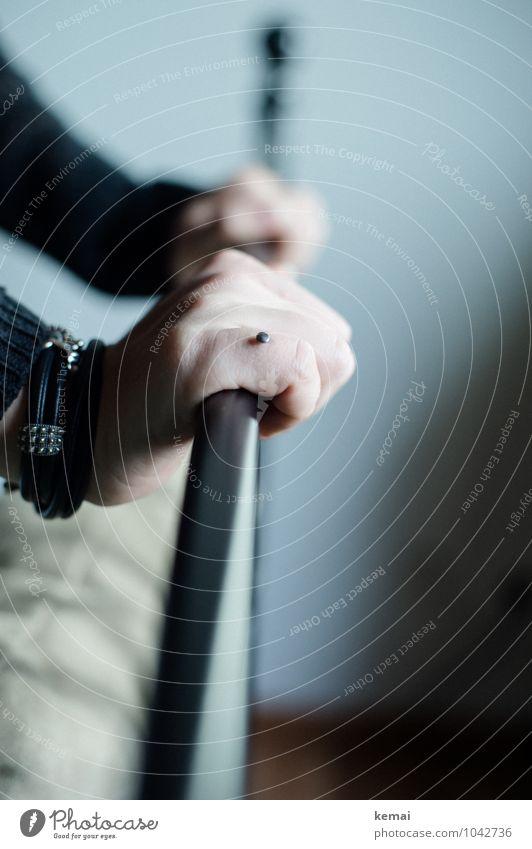 Halt Lifestyle Stil feminin Junge Frau Jugendliche Erwachsene Leben Hand Finger 1 Mensch 18-30 Jahre Piercing Implantat Armband festhalten Griff Stange