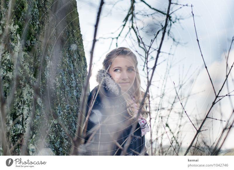 Im Moment Mensch Natur Jugendliche schön Junge Frau Baum ruhig Winter 18-30 Jahre Erwachsene Umwelt Leben feminin Stil Kopf Zufriedenheit