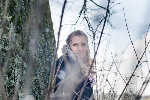 Im Moment Stil Winter Mensch feminin Junge Frau Jugendliche Erwachsene Leben Kopf 1 18-30 Jahre Umwelt Natur Baum Sträucher Baumstamm Zweig Fell Winterjacke