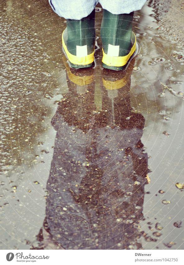 Stiefel Mensch Kind grün Wasser Freude Straße Spielen Schwimmen & Baden braun Fuß Freizeit & Hobby Regen Wetter dreckig stehen Ausflug