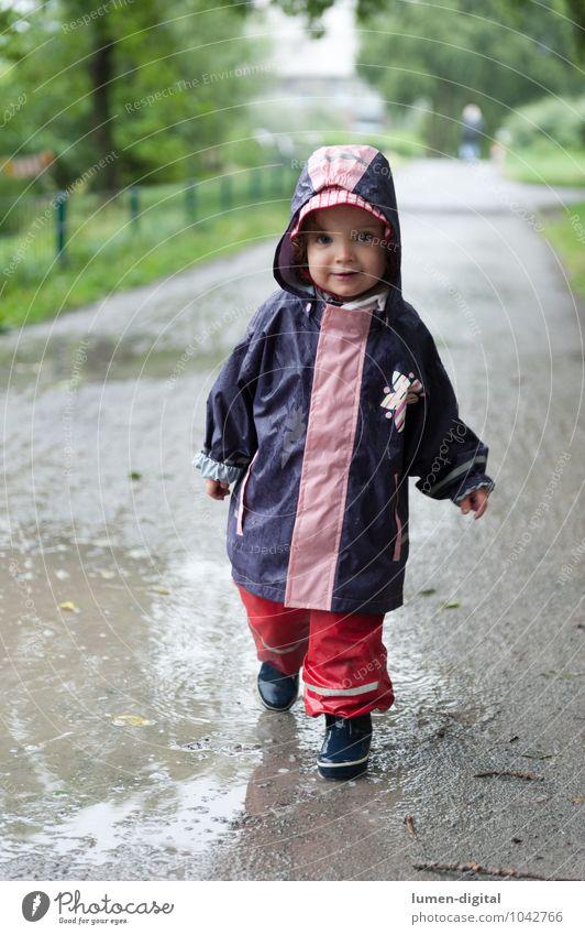 Mädchen in Regenkleidung Freude Schwimmen & Baden Kind Kleinkind 1 Mensch 1-3 Jahre Park Gummistiefel gehen lachen stehen Fröhlichkeit nass Kindheit