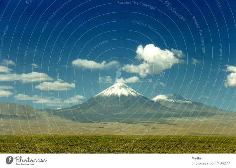Licancabur Himmel weiß blau Wolken Schnee Berge u. Gebirge Stein Wärme Wüste Physik heiß trocken Staub Durst Vulkan Chile