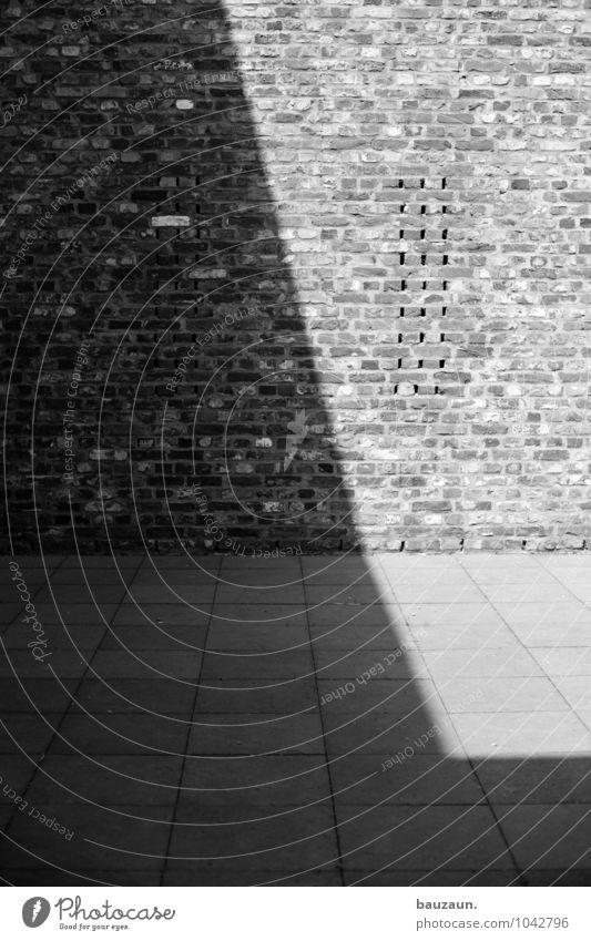 quadrat im quadrat. Sonne Bauwerk Gebäude Architektur Mauer Wand Fassade Terrasse Stein Beton Linie Streifen bauen eckig Schwarzweißfoto Außenaufnahme