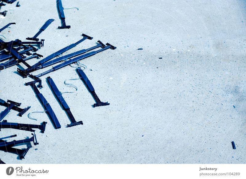 Wenn der Winterschlussverkauf endet... blau Stein hell Beton Bodenbelag Asphalt Kunststoff Müll gebrochen Zerstörung Haken Kleiderbügel gesplittert Kleiderhaken