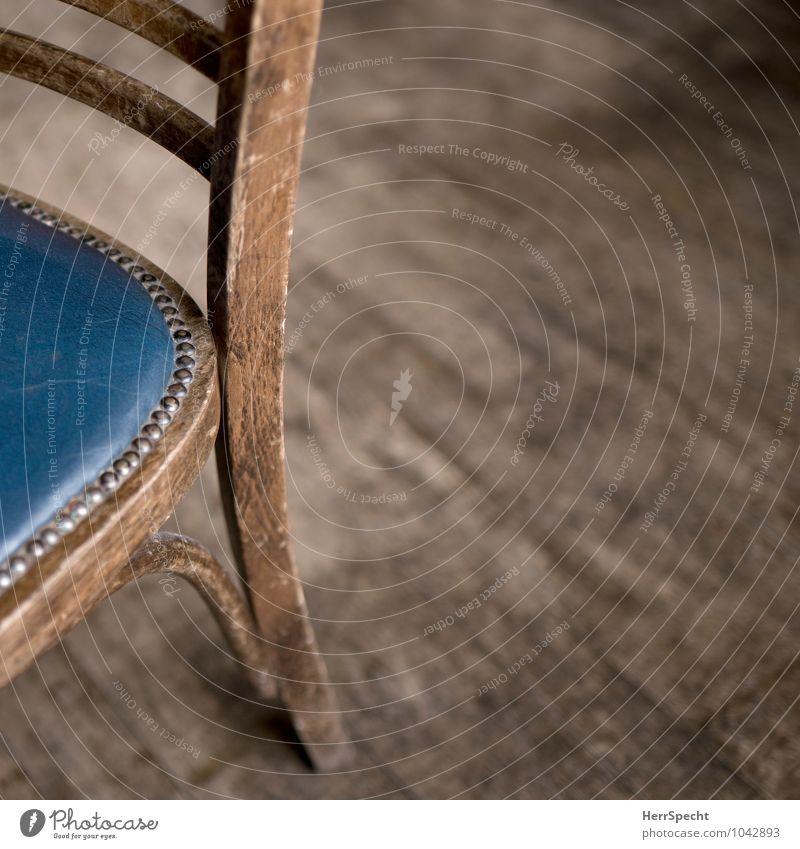 Platz da Häusliches Leben Wohnung Innenarchitektur Stuhl Holz Metall Leder alt authentisch eckig retro blau braun Holzstuhl Ledersitz Nagel gebraucht Parkett