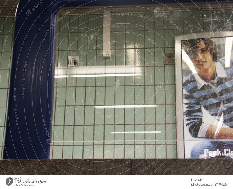 frankfurt 3 Abteilfenster Junger Mann Werbung U-Bahn Plakat unterwegs Bildausschnitt Anschnitt Fensterblick Bild-im-Bild U-Bahnstation