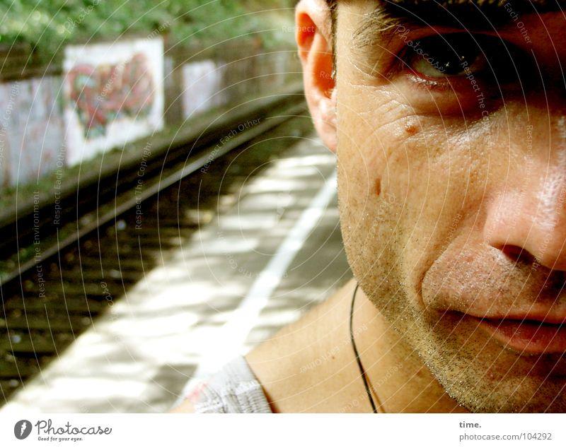 Doctor med Soul Schatten Porträt Blick Sommer maskulin Mann Erwachsene Auge Bart Schienenverkehr Bahnsteig Gleise Hemd Dreitagebart Wachsamkeit Konzentration