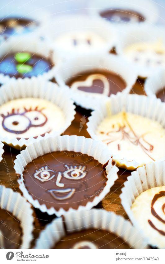 Smiley Freude klein lachen braun genießen Ernährung einzigartig Zeichen Freundlichkeit lecker Süßwaren Schokolade Dessert verführerisch ungesund Konfekt