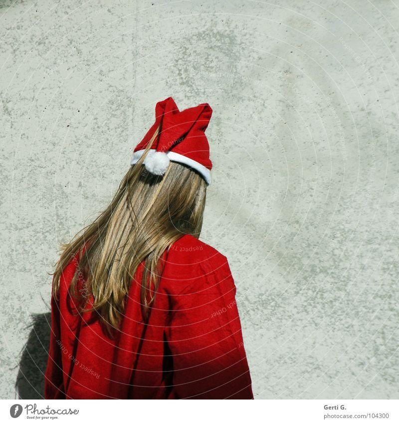 u n d e r c o v e r Weihnachtsmann Religion & Glaube Handel wirtschaftlich Wand Mauer Beton grau Licht Schüchternheit rot weiß langhaarig Mann Rückansicht Mütze