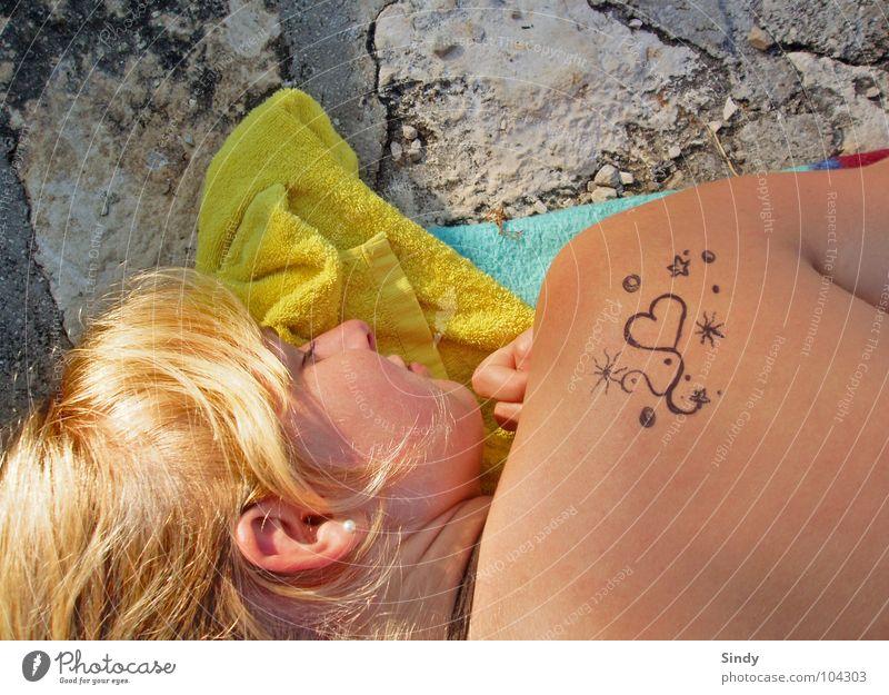 Sonnen Erholung Handtuch blond schlafen gelb Frau Sommer Sommergefühl Dinge Liebe süß Herz Haut Ohr Stein Tattoo tatto streichen Stern (Symbol) liegen Nase