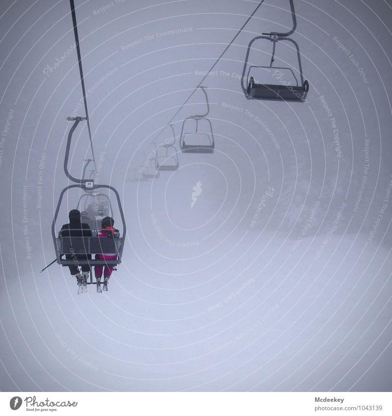 Eine Fahrt ins Ungewisse Mensch Kind Jugendliche weiß Junger Mann schwarz kalt Umwelt Erwachsene Berge u. Gebirge Schnee feminin grau rosa Schneefall maskulin