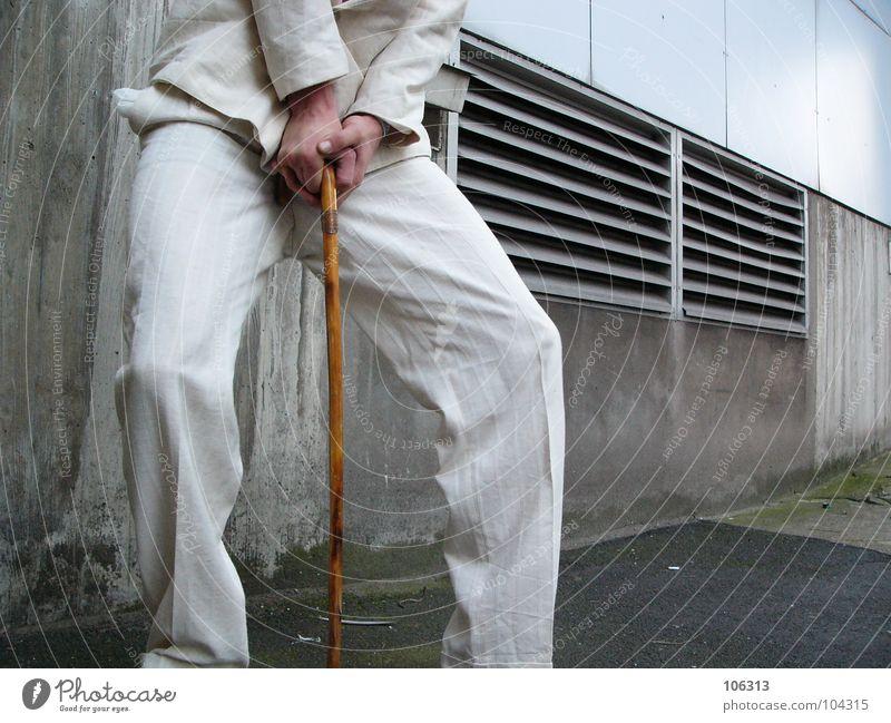 DéJà-VU NACH ART DES HAUSES [KOLABO] Mann weiß Anzug anonym Gehhilfe Bildausschnitt Anschnitt kopflos abstützen gesichtslos labil unerkannt unkenntlich