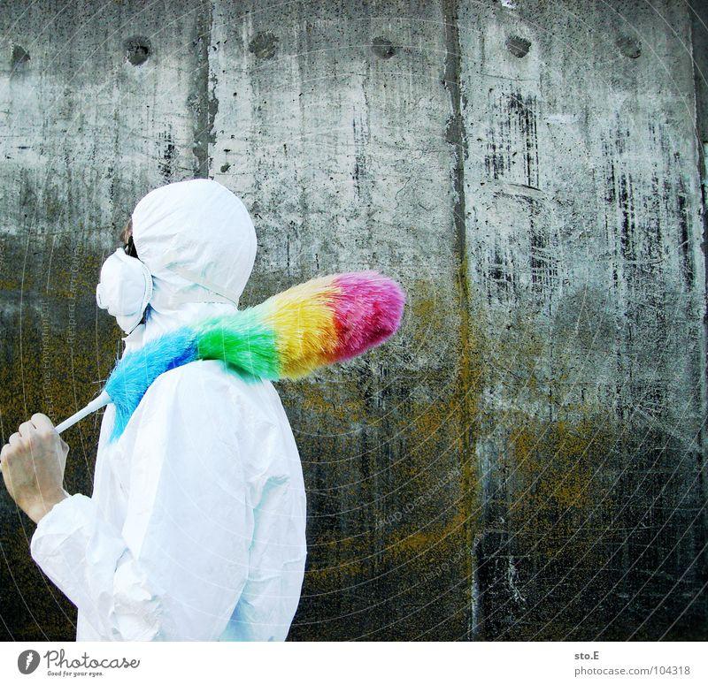 [b/w] bewaffnet Kerl Körperhaltung weiß Arbeitsanzug Quarantäne Labor Laborant Reinigen Raumpfleger Staubwedel mehrfarbig Mundschutz Sonnenbrille Gelände Wand