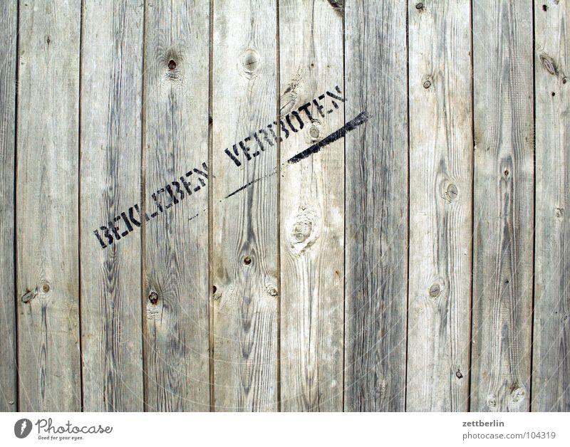 BEKLEBEN VERBOTEN Wand Holz Graffiti Ordnung Schriftzeichen Sauberkeit Buchstaben schreiben Hütte Hinweisschild Zaun Typographie Holzbrett Verbote Tradition