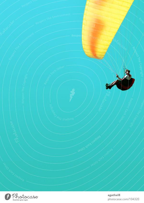 Um die Ecke fliegen Gleitschirmfliegen gelb gleiten zyan Helm Extremsport Himmel hoch blau