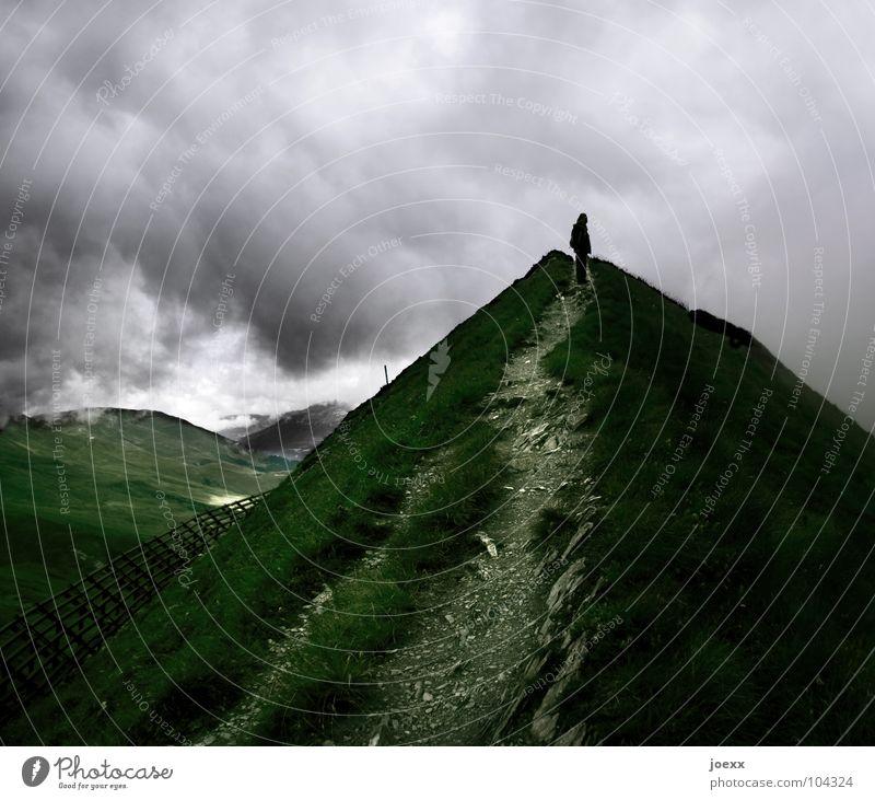 Einsame Spitze Mensch Himmel Mann Wolken Einsamkeit dunkel kalt Berge u. Gebirge oben Wege & Pfade Regen Wind wandern Erfolg Spitze Ziel