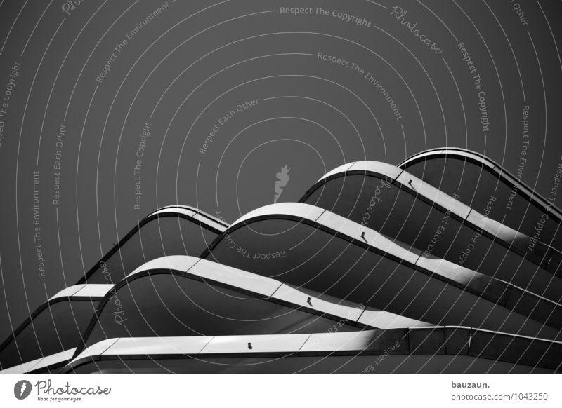 hamburger hügel. Himmel Wolkenloser Himmel Stadt Hafenstadt Stadtzentrum Haus Hochhaus Bauwerk Gebäude Architektur Mauer Wand Fassade Balkon Beton Linie