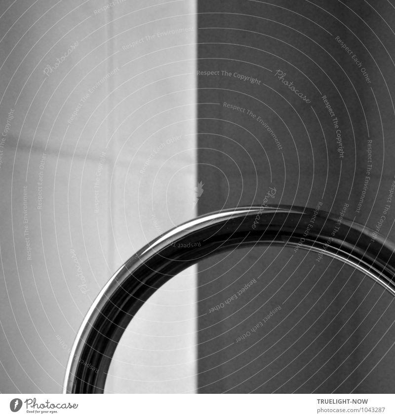 Verchromtes Rohr vor weißen Fliesen Stadt schön weiß Erholung kalt Fenster Wand Innenarchitektur Stil Mauer grau Schwimmen & Baden Metall glänzend Wohnung Häusliches Leben