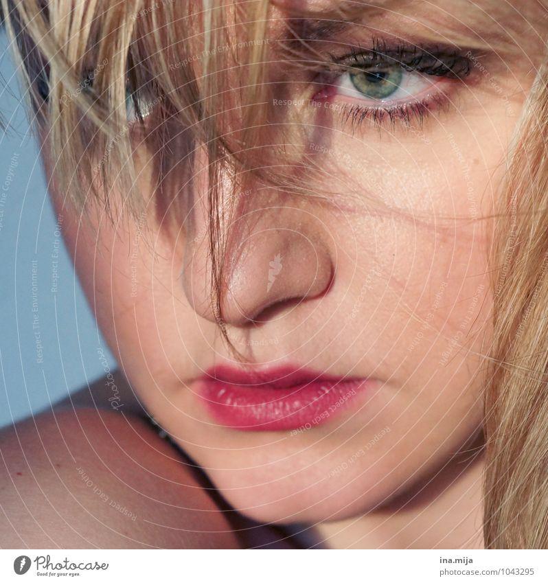 blonde junge Frau mit Haarsträhnen im Gesicht feminin Junge Frau Jugendliche Auge Lippen 1 Mensch 18-30 Jahre Erwachsene 30-45 Jahre Haare & Frisuren kurzhaarig