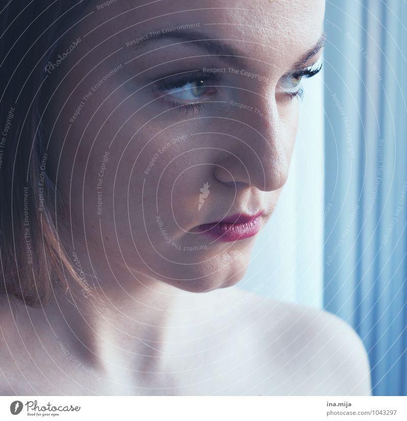 eiskalt Mensch feminin Junge Frau Jugendliche Erwachsene Gesicht 1 18-30 Jahre 30-45 Jahre beobachten Blick Coolness seriös stark blau weiß selbstbewußt Erfolg