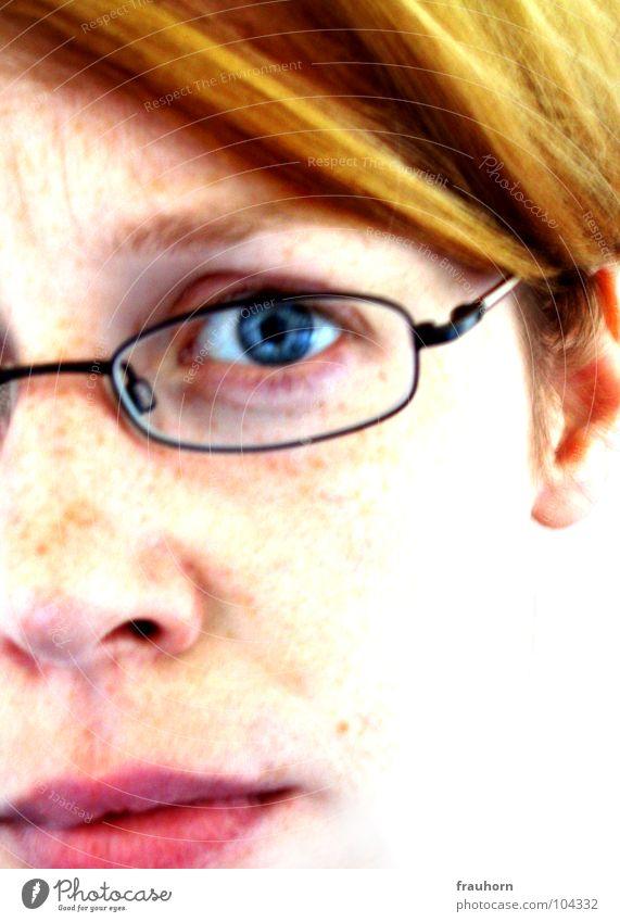 she Frau rothaarig Brille verkniffen Sommersprossen Porträt Selbstzweifel überzogen extrem Verzweiflung Trauer anstrengen Wut skeptisch Ehrlichkeit Gefühle Auge