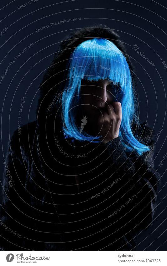 Blue elegant Stil Mensch Junge Frau Jugendliche Leben 18-30 Jahre Erwachsene Pelzmantel Haare & Frisuren langhaarig Perücke Schutz Stress Einsamkeit Erwartung