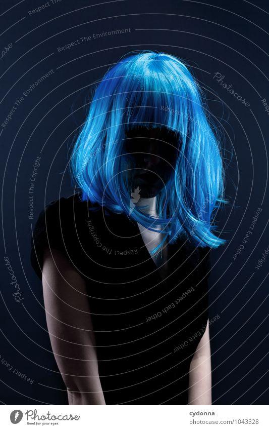 Blue im Dunkeln bleiben Mensch Frau blau schön Einsamkeit Erotik dunkel Erwachsene Leben Stil Haare & Frisuren Lifestyle träumen elegant Schutz Neugier