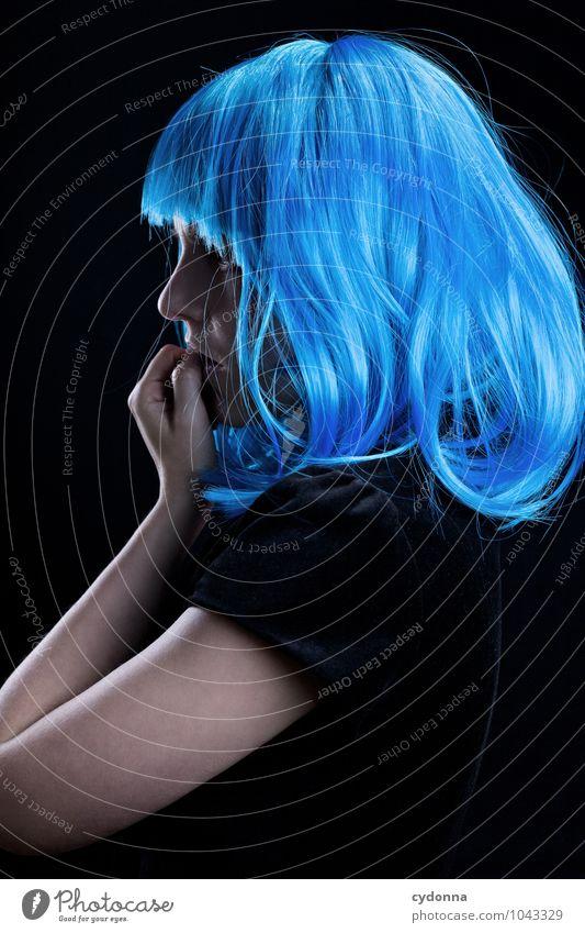 Blue nachdenklich elegant Stil exotisch schön Karneval Mensch Junge Frau Jugendliche Leben 18-30 Jahre Erwachsene Haare & Frisuren langhaarig Pony einzigartig