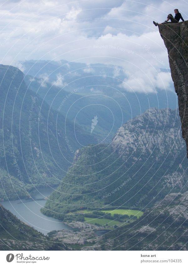 abgründig. entspannt. wandern Ferien & Urlaub & Reisen Klippe Am Rand springen genießen Erholung Ferne Aussicht steil vertikal Wolken Berge u. Gebirge