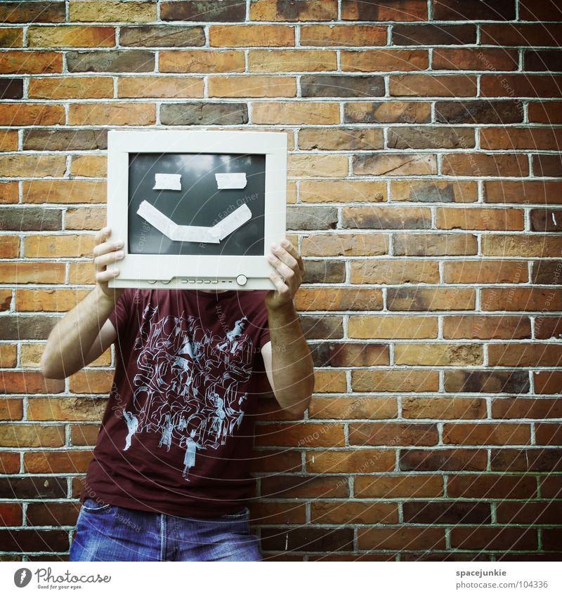 Computerfreak Mann Freude Wand Informationstechnologie lachen Stein lustig Computer verrückt Mensch Backstein Bildschirm skurril verstecken grinsen Freak