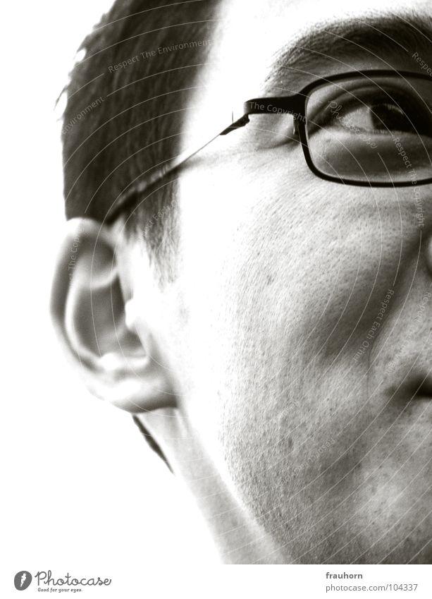he Mann Porträt Augenbraue Brille Mundwinkel Gedanke Denken Ferne Gefühle Typ Anschnitt Ohr Schwarzweißfoto sinnierend nah leer