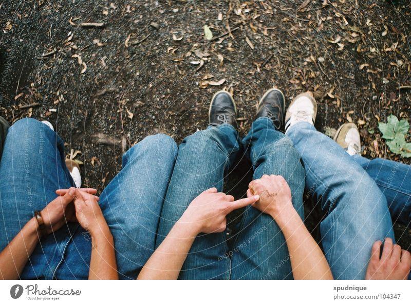 Sitzing Mensch Jugendliche Sommer Erholung Schuhe warten sitzen Perspektive Jeanshose Bank Langeweile