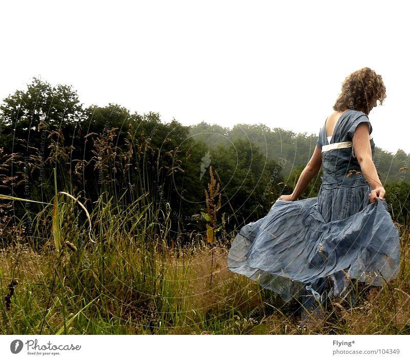 Musik in ihren Ohren Frau Mensch schön Sommer Wald Herbst Wiese Spielen Gras hell Zufriedenheit Tanzen Kleid fantastisch Konzert Locken