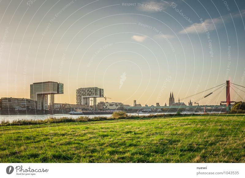 Krankhäuser, Dom und Severinsbrücke Himmel Ferien & Urlaub & Reisen Stadt Sommer Wasser Architektur Wiese Gebäude Tourismus Häusliches Leben modern Glas Ausflug