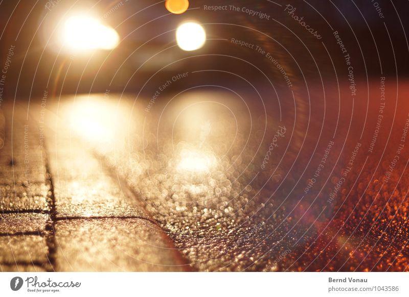 Obacht! Lampe Verkehr Straße PKW bedrohlich dunkel hell nass gelb orange weiß gefährlich Risiko Scheinwerfer Autoscheinwerfer Bordsteinkante Asphalt