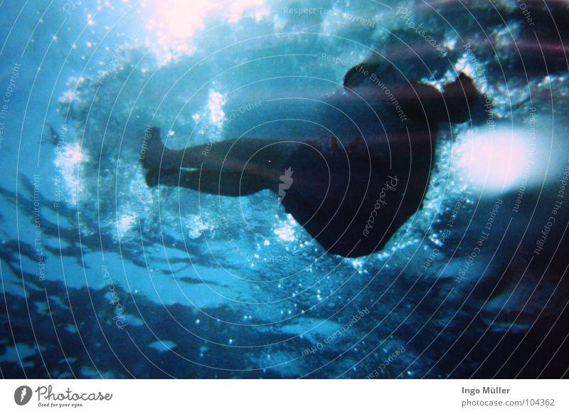 Bombe Schwimmbad unten Luft stoppen springen Sommer Licht Sonnenstrahlen Bad Wassersport Unterwasseraufnahme Schwimmen & Baden blau swimingpool trumspringen
