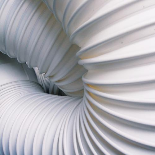 Detail eines ziehharmonieartigen weißen Abluftschlauches gefaltet Falte durcheinander Schlauch heiß Luft kühlen kalt Draht Zusammensein Wohnung Raum angenehm