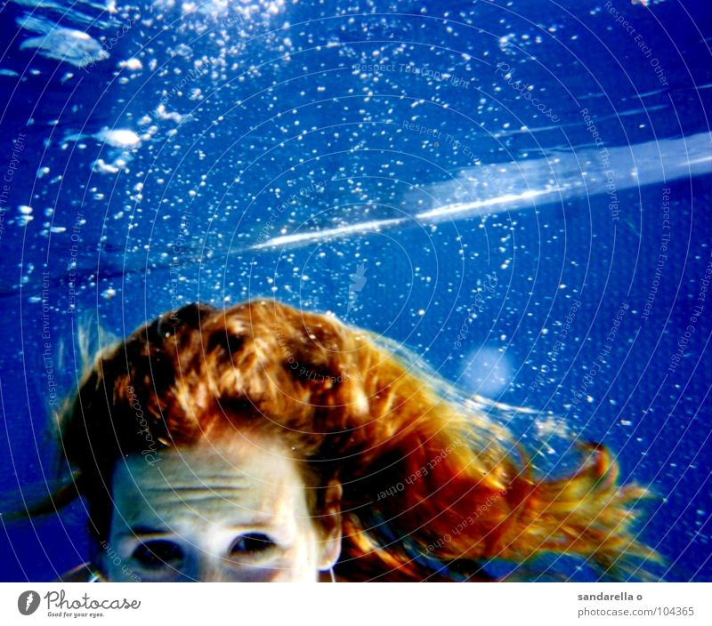 Underwatergirl Wasser blau Taucher Unterwasseraufnahme Seifenblase langhaarig Meerjungfrau Haare & Frisuren Schwimmsport tauchen Blase Sauerstoff Luft stoppen