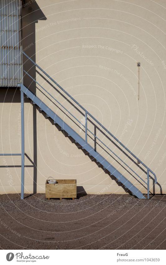 Auf- oder abwärts... Hütte Gebäude Treppe Fassade Eimer Kiste Kabel blau Metall Schatten Wellblech Hochsitz Geländer Farbfoto Außenaufnahme Menschenleer Tag