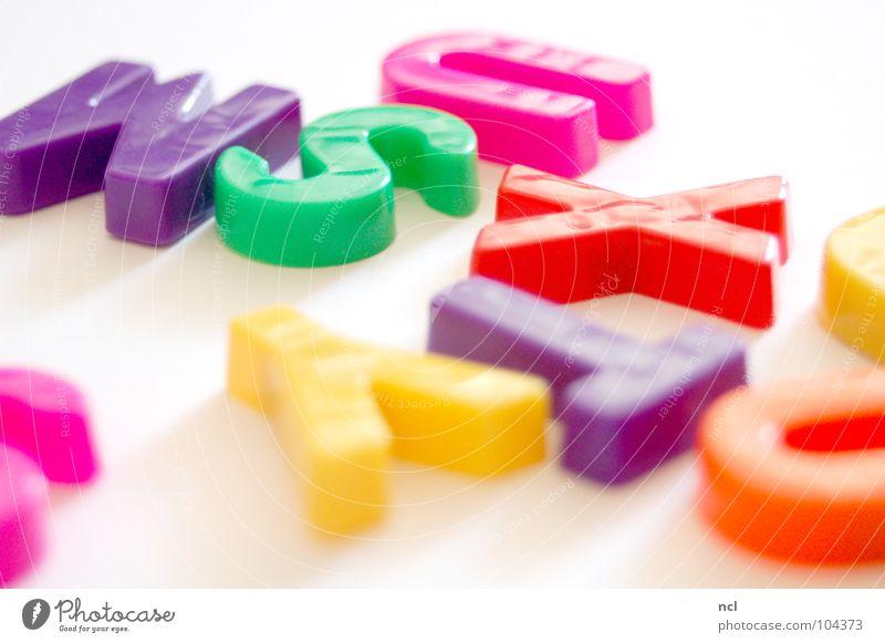 Buchstaben SECHS mehrfarbig gelb grün rot weiß Wort Magnet lesen chaotisch durcheinander unordentlich Zusammensein Schriftzeichen Freude Dekoration & Verzierung